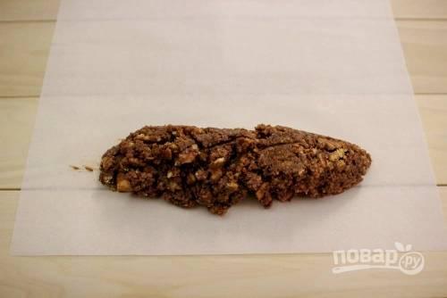 8. Подготовьте лист фольги или пергамента. Выкладывайте небольшие порции полученной массы, формируя колбаски.