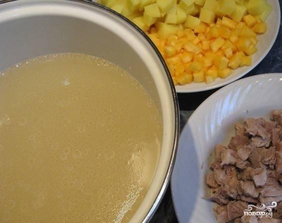 Большой кусок свинины зачистите от жилок и жирка, промойте и нарежьте его на небольшие кусочки, чтобы мясо быстрее сварилось. Влейте в подходящую кастрюлю воду, бросьте туда мясо и дайте жидкости закипеть. Варите около часа, в самом конце посолите. Бульончик процедите через марлечку.