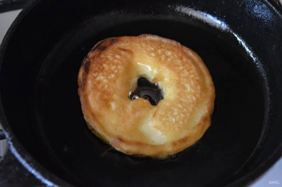 Горячие оладушки снимите с огня, подайте с любимыми сиропами или медом. Приятного!