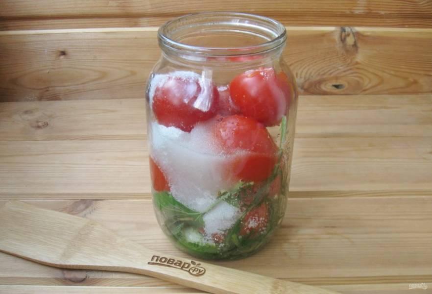 После того, как вы во второй раз сольете воду, добавьте в банку соль, сахар и уксус.