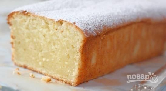 6. Запекайте кекс от 45 до 60 минут, в зависимости от размера формы. После того, как образуется аппетитная румяная корочка, достаньте кекс из духовки, остудите немного и по желанию присыпьте сахарной пудрой.