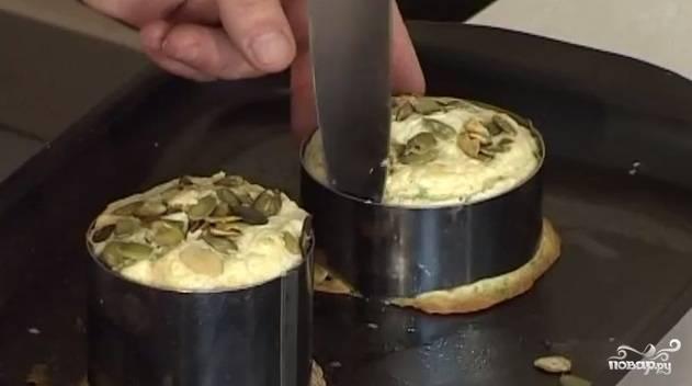 9. Достаем из духовки и даем немного постоять. Перед запеканием я посыпала поверхность суфле стружкой орехов (можно использовать стружку тыквенных семечек или миндальный орех). Когда суфле остынет, аккуратно извлекаем его из формочки на блюдо и начинаем оформление тарелки для подачи.