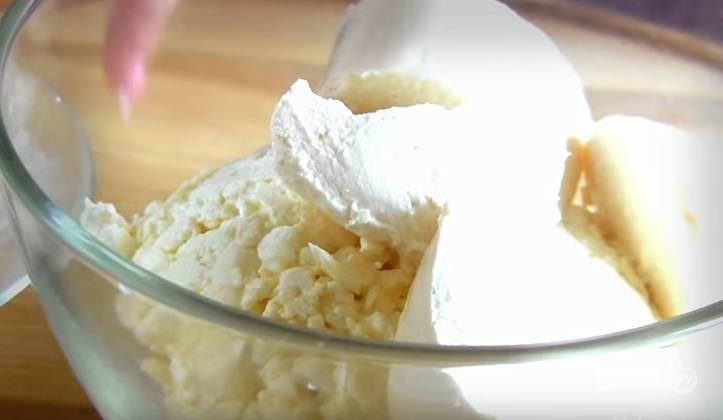 2. В творог добавьте плавленый сыр и перетрите ложкой.