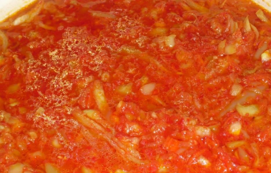 2. Перец нарезаем произвольно, но лучше не мельчить. Морковку же трем на терке и обжариваем до золотистости в растительном масле. Добавим морковь, перец. Дальше - соль и сахар, масло и уксус. Варим еще 15 минут на маленьком огне.