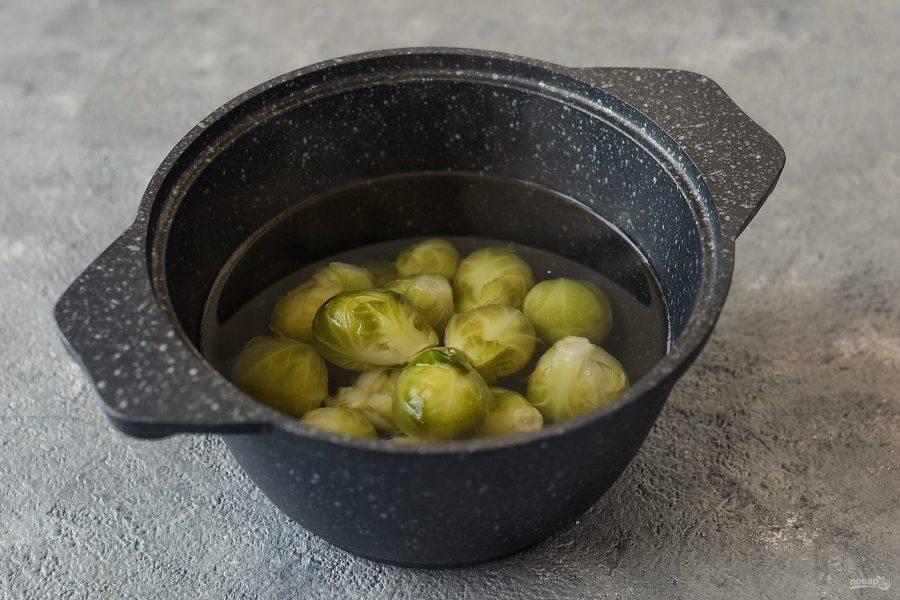 Брюссельскую капусту переберите, промойте и обсушите. Крупные кочаны можно разрезать пополам. Отварите капусту в кипящей подсоленной воде почти до готовности.