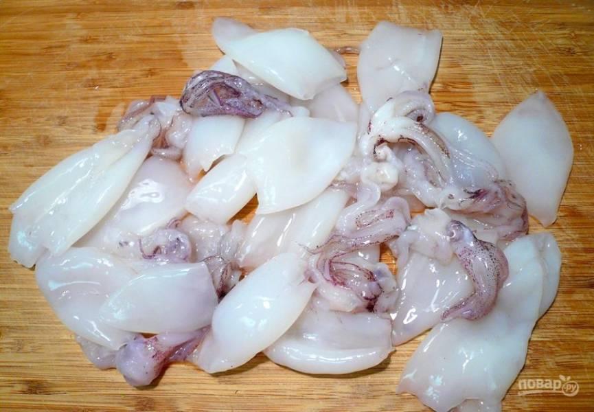 Если вы используете замороженные кальмары, то предварительно достаньте их из морозилки, чтобы оттаяли. Промойте кальмаров под холодной проточной водой.
