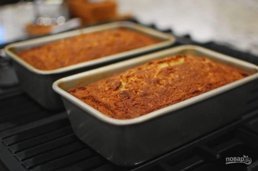 11.Выпекайте банановый хлеб в разогретой до 180 градусов духовке 55-60 минут. Достаньте из духовки и оставьте на 5-7 минут в форме.