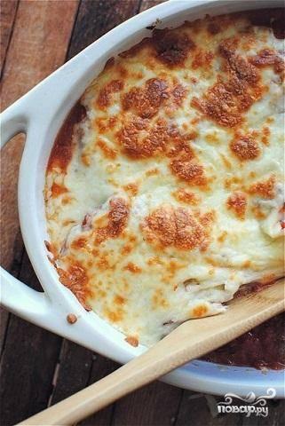 6.Разогрейте заранее духовку до 180-190 градусов и поставьте туда форму. Выпекается блюдо около 20 минут. Рулетики за это время пропекутся, а сыр расплавится. Перед подачей украсьте блюдо свежим базиликом.