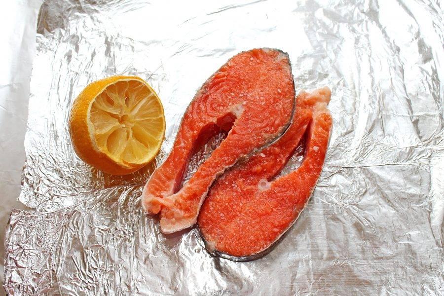 Возьмите лист фольги для запекания, чтобы в нее можно было завернуть рыбу, и смажьте ее растительным маслом. Сбрызните форель сверху лимонным соком, посолите и поперчите с двух сторон.