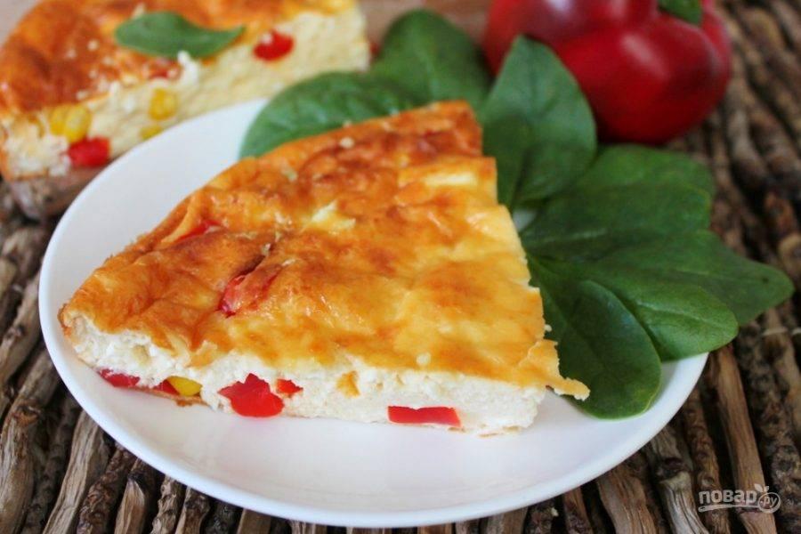 Творожная запеканка с болгарским перцем и кукурузой готова. Приятного аппетита!