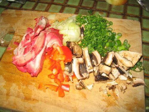 Готовим начинку. Нарезаем ломтиками свинину (барбекю), добавляем немного болгарского перца, лук, грибочки, петрушку и зеленый лук (все мелко нарезано).