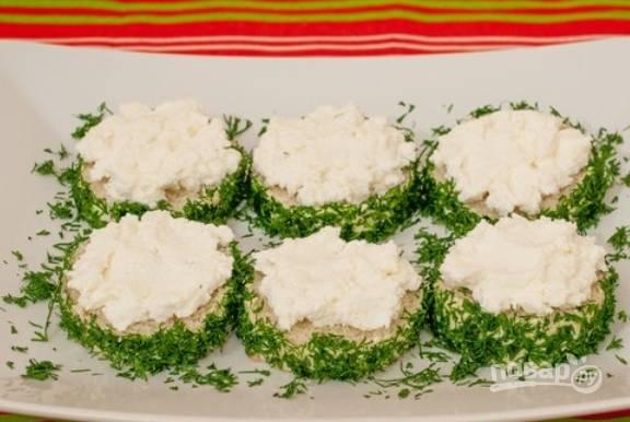 Смазываем каждый кусочек батона сверху сливочным сыром.