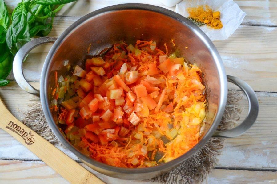 Сладкий перец очистите от семян, порежьте на небольшие кубики. Добавьте перец в сотейник, перемешайте и готовьте еще 4-5 минут по крышкой.