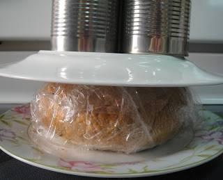 Хлеб накрыть верхней крышкой, завернуть в пищевую пленку и придавить прессом.