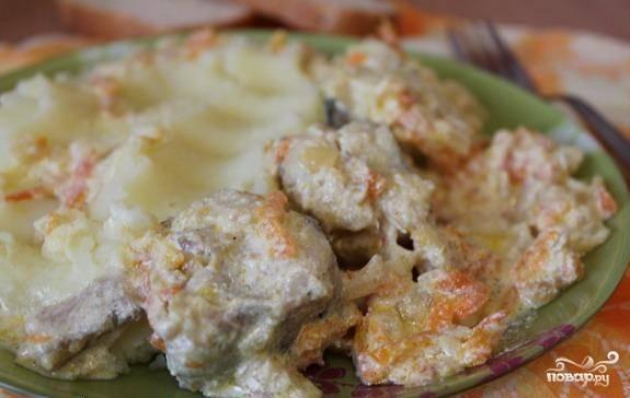 В конце концов, готовое блюдо выглядит очень аппетитно. Из-за морковки минтай в сметане приобретает золотистый и румяный оттенок. Желаю приятного аппетита:)
