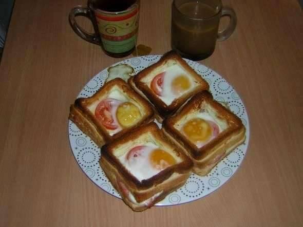 Ставим противень в разогретую до 180-200 градусов духовку и запекаем бутерброды, пока яйцо не схватится. Как только оно застынет, бутерброды можно вынимать и подавать их к столу. Приятного всем аппетита!
