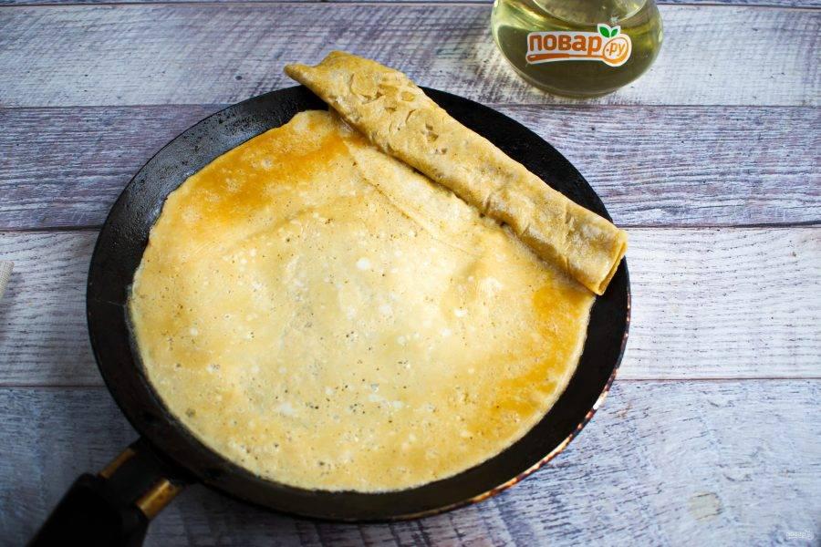 Горячую сковороду хорошо смажьте рафинированным растительным маслом. Вылейте немного яичной смеси на сковороду и покрутите ее так, чтобы получился тонкий блинчик. Жарьте блинчик с одной стороны. Затем сверните его и положите на край сковороды. Налейте следующую порцию смеси, так чтобы она затекла под свернутый рулет. Как только блинчик готов, заворачиваем его на предыдущий.
