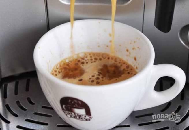 Заварите кофе любым удобным способом.