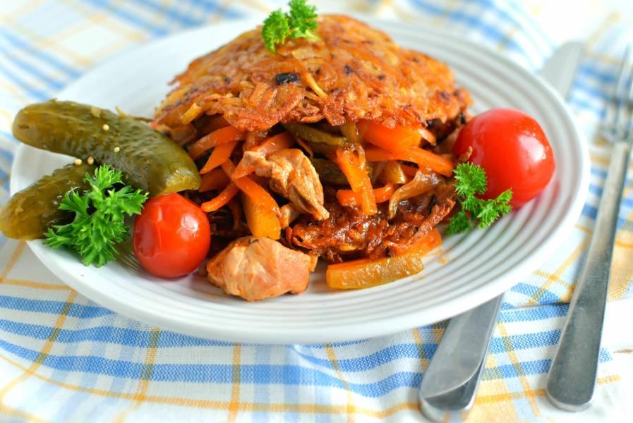 Свинина с морковью и огурцами на драниках