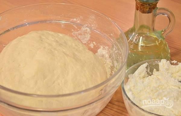 4. Для приготовления начинки разомните творог и добавьте соль по вкусу. По желанию можно добавить немного свежей зелени.