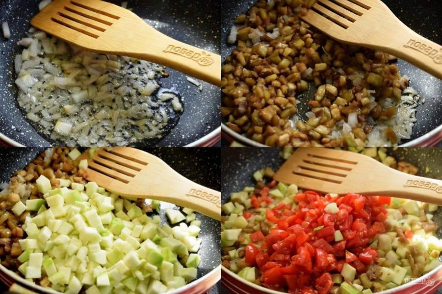 Пока тесто подходит, приготовьте начинку. Овощи и зелень помойте. Овощи очистите и нарежьте мелкими кубиками (по 0,5 см). Обжарьте на масле на разогретой сковороде в следующей последовательности: лук и чеснок до золотистой корочки, баклажаны, кабачки, томаты.