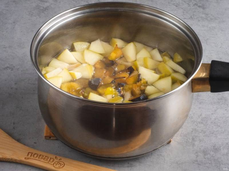 Затем кусочки груши и сливы варим ещё 2-3 минуты.