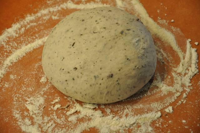 1. Для начала нужно заняться тестом. Чтобы сократить процесс приготовления, можно использовать уже готовые коржи для пиццы или слоеное тесто, например. Дрожжи залить небольшим количеством теплой воды и оставить минут на 5. Затем добавить растительное масло, соль и сушеные травы. Всыпать просеянную муку и замесить довольно крутое тесто. Оставить его, накрыв полотенцем, в теплом месте.