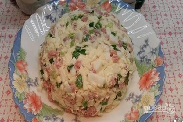Переверните салат на плоскую тарелку.