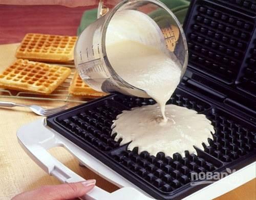 5. Осталось только разогреть вафельницу, предварительно смазав ее маслом, и выпекать вафли.