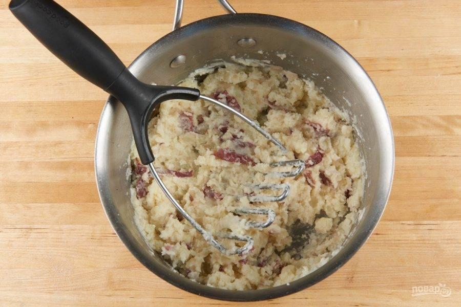 2. Затем картофель в холодной воде доведите до кипения, а потом варите 16-17 минут. Потом добавьте к нему соль, перец, сметану и сливочное масло. Превратите массу в пюре.