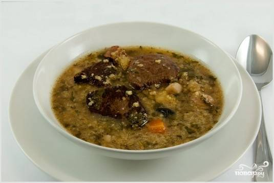 Через 40 минут добавить грибы, чернослив, пшено, специи и зелень и копченное мясо. Варить 20 минут. Приятного аппетита!