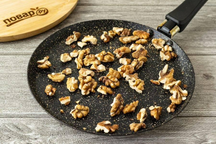 Грецкие орехи подсушите в сухой сковороде.