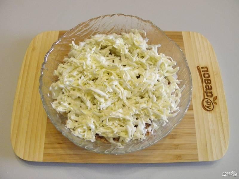 Охлажденное сливочное масло натрите над салатником, старайтесь, чтобы оно ложилось равномерно.