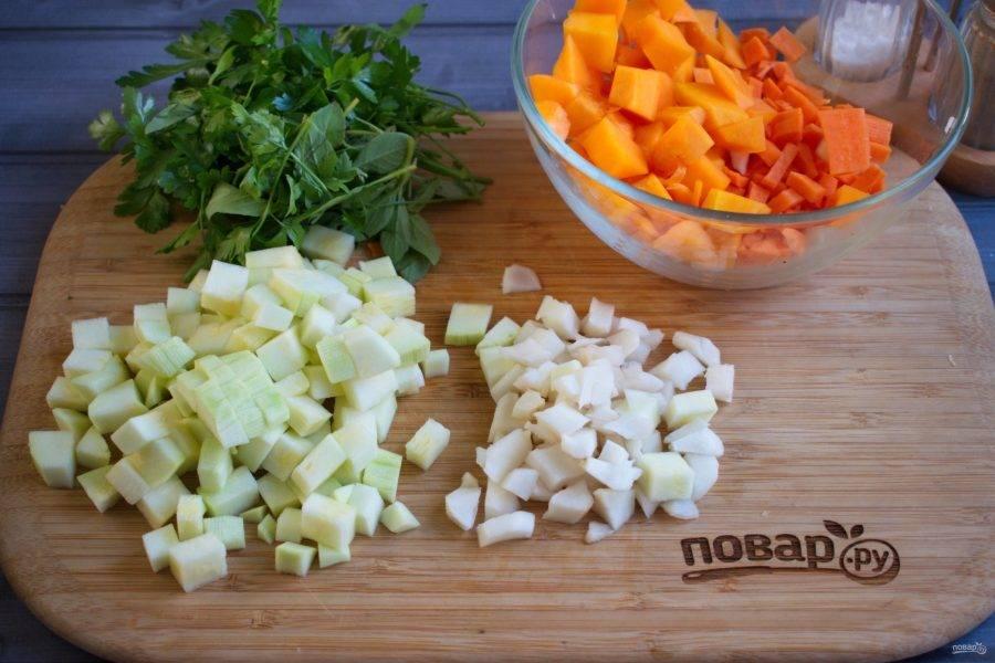 Также нарежьте остальные овощи.