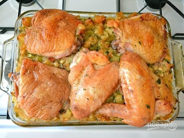 12.Поставьте форму в заранее разогретую до 175 градусов духовку и выпекайте в течение 1,5 часа, до получения золотистой корочки.