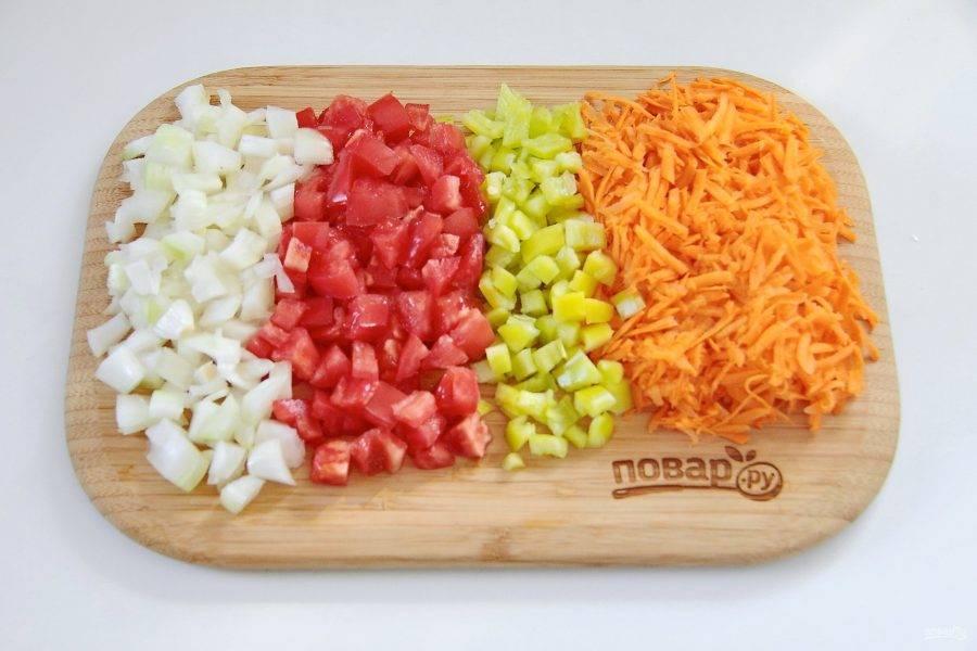 Готовое тесто переложите бумагой вниз на мокрое полотенце и дайте остыть, а тем временем приготовьте начинку. Для этого нарежьте произвольно лук, морковь, перец и помидоры.