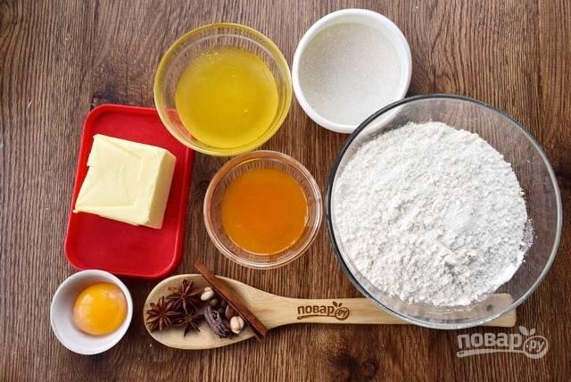 """Подготовьте необходимые ингредиенты. Для """"сухих духов"""" возьмите 1 ст. л. смеси молотых  специй: корицу, кардамон, имбирь, душистый перец, мускатный орех и гвоздику, — в пропорции 2:1:1:1:1:1/3."""