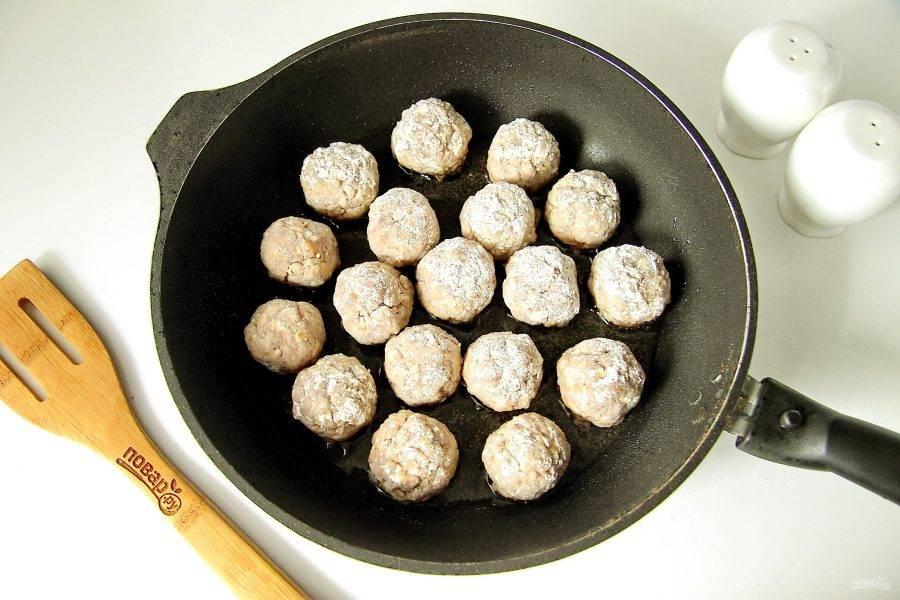 Сформируйте из готового фарша фрикадельки, обваляйте их в муке и переложите на хорошо разогретую сковороду.