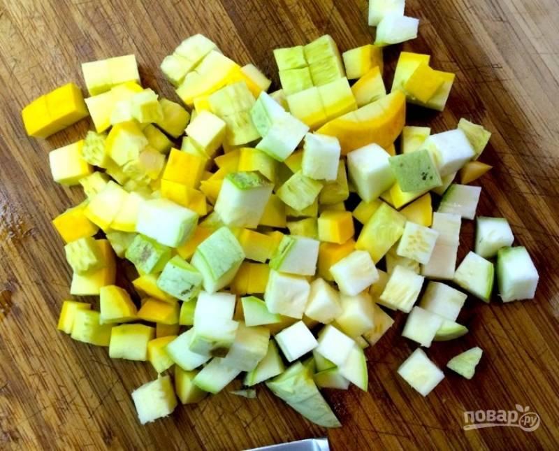 2. Цуккини нарежьте кубиками.