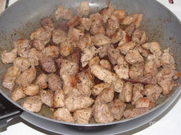 1.Вымойте мясо и нарежьте небольшими кубиками. Разогрейте сковороду с растительным маслом и обжарьте мясо, посолите и поперчите.