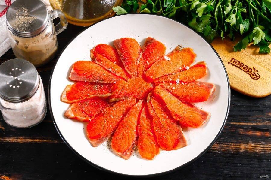 Выложите их полукругом на тарелку, можно внахлест. Поперчите, посолите. Соль лучше всего использовать крупную морскую.