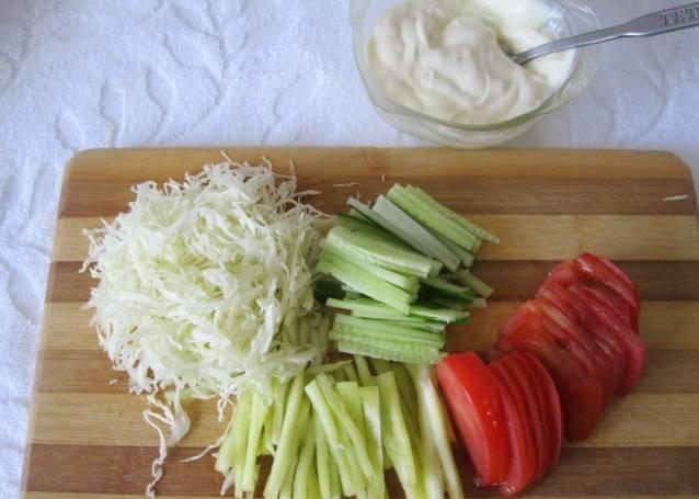 Овощи нарезаем соломкой. Петрушку и укроп измельчаем.