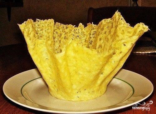 3.Стакан с сыром ставим в холодильник, чтобы сыр окончательно застыл и принял нужную форму. Таким образом готовим все корзинки и отправляем в холодильник. Выглядеть сырные корзинки будут как на фото.