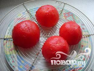 Посолить помидоры внутри, перевернуть и убрать в сторону