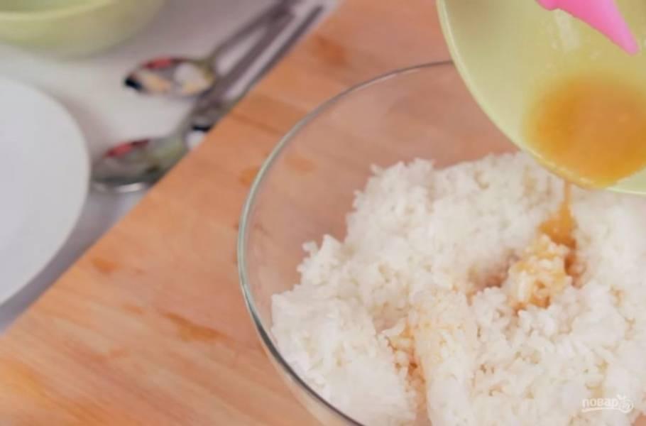 3. Подготовьте заправку: для этого смешайте рисовый уксус, сахар, соль и немного горячей воды. Заправьте этим готовый рис и хорошо перемешайте.