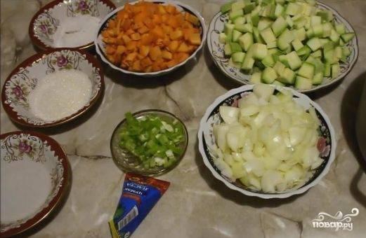 2. Нарезаем все овощи кубиками и готовим емкость, в которой будем их тушить. Я взяла жаровню с толстым дном и осталась довольна результатом.