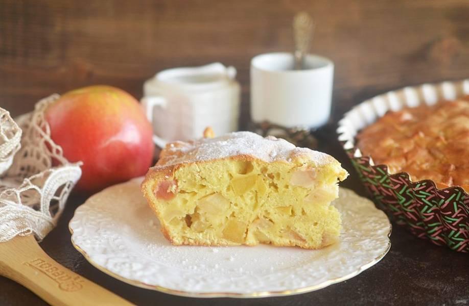 8. Первые 10 минут запекайте пирог в разогретой до 190 градусов духовке, затем около 30 минут при 180 градусах. Приятного аппетита!