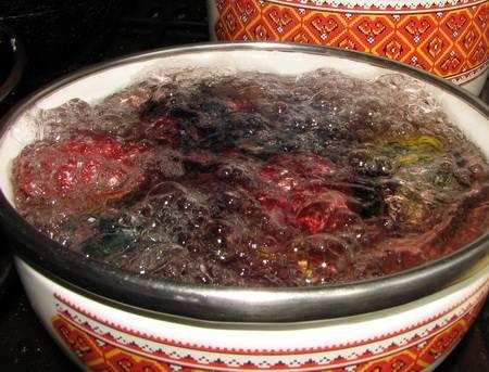 5. Когда все яйца будут связаны, отправить их в холодную воду, довести до кипения и варить около 20 минут.