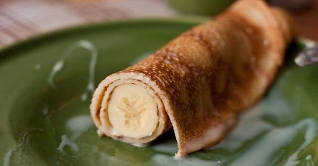 6. На блинчик выложить банан и аккуратно завернуть рулетиком. При желании рулетики можно разрезать пополам, тогда они будут невероятно красиво смотреться в разрезе.