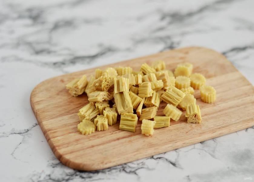 Спаржу и кукурузу нарежьте на ломтики среднего размера.